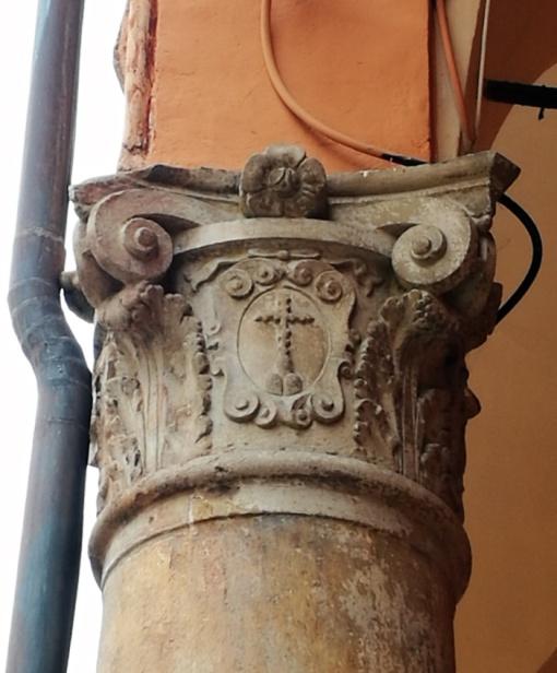 Croce benedettina su pilastro finale.jpg