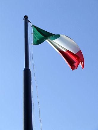 Tricolore_italiano_spiegato_su_cielo_azzurro_33-2
