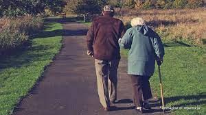 anziani a passeggio